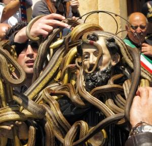 Cocullo (L'Aquila): rito dei serpari, vestizione di San Domenico