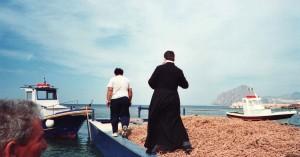 Il-sacerdote-benedice-le-reti-a-Bonagia-ph.-Ravazza.
