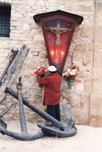 Un-tonnaroto-porta-i-fiori-al-crocifisso-della-tonnara-di-Bonagia-ph.-Ravazza.