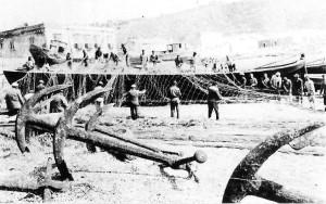 La-rete-viene-ammasata-sul-vascello-della-tonnara-del-Tono-a-Milazzo.