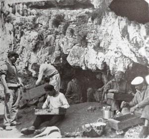 operai-scavano-nella-grotta-dei-porci-a-levanzo-nelle-egadi