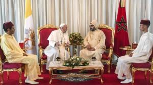 2-papa-francesco-con-re-mohammed-vi-e-i-due-principi-il-fratello-moulay-rachid-a-sinistra-e-il-figlio-moulay-hassan-a-destra