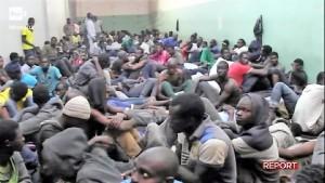 4-migranti-in-un-centro-di-detenzione-in-libia