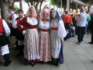 8-donne-in-costume-catalano-in-sardegna