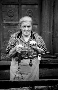 10-venditrice-in-un-mercato-rionale-umbria-ph-ceccarini