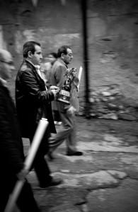 13-i-festaioli-trasportano-la-piccola-statua-di-san-michele-a-varco-sabino-lazio-ph-ceccarini