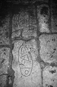 16-impronte-di-piedi-incise-dai-pellegrini-nella-grotta-micaelica-di-cagnano-varano-puglia