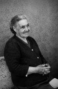 7una-donna-anziana-tra-le-vie-di-un-paese-della-tuscia-viterbese-ph-ceccarini