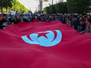 cittadini-sventolano-una-bandiera-della-tunisia_avenue-bourgouiba3_tunis_14012018alice-passamonti
