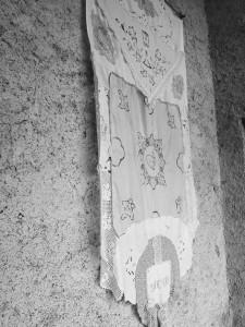 foto-3-barbara-barbantini-bianco-1-installazione-paramento-ricamato-cm-110x200-baita-di-cortlys-gressoney