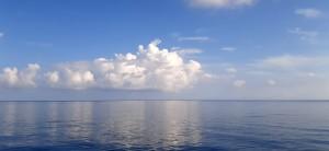 7-a-10-miglia-da-terra-il-cielo-si-riflette-sulla-superficie-immobile