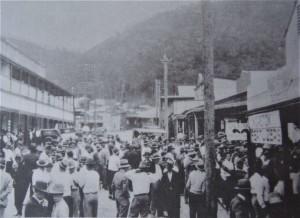 8-immagine-dello-sciopero-del-1935-per-rivendicare-migliori-condizioni-igieniche-nei-campi