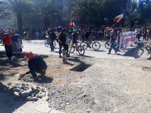 marciapiedi-sventrati-per-la-lotta-le-pietre-sono-le-armi-di-cui-si-dotano-coloro-che-costituiscono-la-cosiddetta-prima-linea