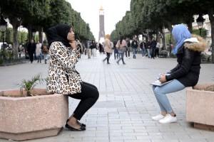 tunisia-due-donne-su-avenue-bourguiba-foto-roberto-ceccarelli