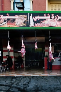 tunisia-una-macelleria-tavola-calda-nella-strada-da-kairouan-a-sidi-bouzid-foto-roberto-ceccarelli