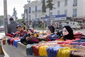tunisia-un-venditore-di-hijab-in-un-mercato-di-tunisi-foto-roberto-ceccarelli