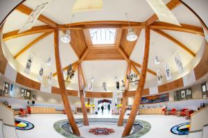 11-androne-della-s%c9%99nsisyust%c9%99n-house-of-learning-anche-la-struttura-architettonica-rievoca-simbolicamente-lappartenenza-alla-comunita-indigena