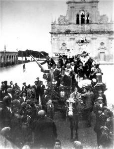 01-melilli-1b-in-pieno-periodo-bellico-ci-si-accontentava-con-poco-un-carretto-trainato-di-un-mulo-1936