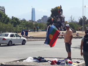 venditore-di-bandiere-mapuche-a-plaza-de-la-dignidad-santiago-del-cile