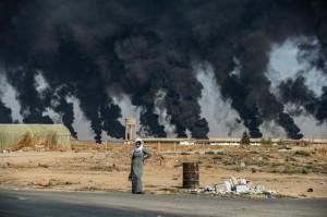 vicino-alla-citta-curdo-siriana-ras-al-ain-lungo-il-confine-con-la-turchia-il-16-ottobre-2019-il-fumo-sullo-sfondo-proviene-dagli-pneumatici-bruciati-per-diminuire-la-visibilita-agli-arei-militari