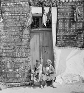 uomini-davanti-casa-in-tunisia-1961