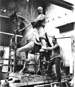 3-lo-scultore-accanto-al-monumento-equestre-a-youssef-bey-karam-napoli-1932