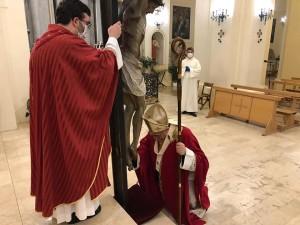 arnesano-il-vescovo-ai-piedi-della-croce-fb