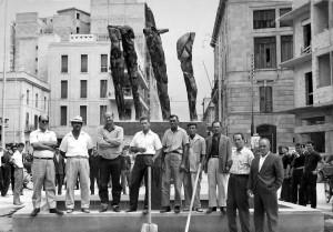 mazara-agosto-1964-consagra-e-le-maestranze-davanti-alla-fontana