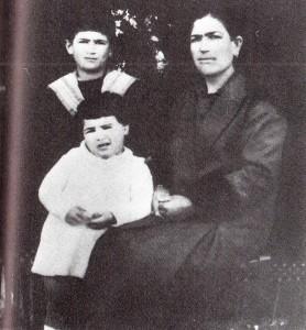 con-la-madre-e-la-sorella-1926