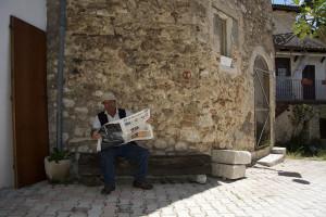 lello-legge-il-giornale-foto-b-adriani