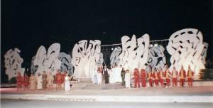 citta-di-tebe-scenografia-per-lo-spettacolo-etnos-di-giovanni-isgro-gibellina-piazza-del-municipio-1997
