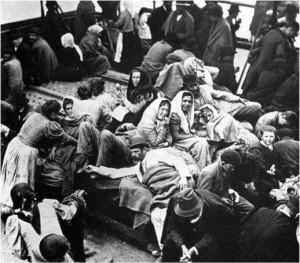 foto-3-migranti-su-un-piroscafo-diretto-in-america