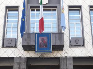 palazzo-dei-bruzi-esposto-il-drappo-con-effigie-della-madonna-del-pilerio