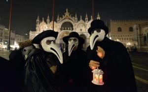 maschere-di-untori-della-peste-al-carnevale-di-venezia-foto-andrea-pattaro-per-afp
