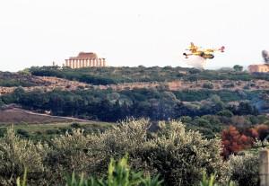 un-canadair-in-azione-sulla-vallata-nord-verso-il-santuario-della-malophoros