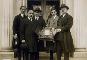 arida-a-sinistra-col-cappello-insieme-a-una-delegazione-della-syrian-lebanese-league-in-visita-al-presidente-wilson-white-house-washington-dc-1921