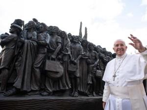 pope-francis-migrant-statue
