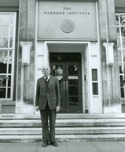 6-sir-ernst-h-gombrich-quarto-direttore-del-warburg-institute-di-fronte-alledificio-dellistituto-a-londra-woburn-square-nel-1976