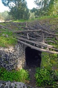 ingresso-di-un-tunnel-alla-fine-di-una-trincea-a-cielo-aperto