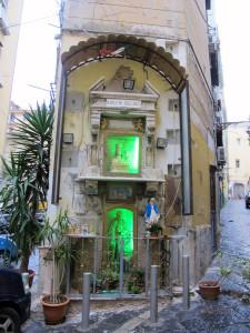 edicola-in_vico_delle_fiorentine_a_chiaia2