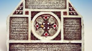 foto-1-stele-quadrilingue-di-crisanto-palermo-castello-della-zisa