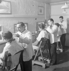 italian-prisoners-of-war-in-britain-everyday-life-at-an-italian-pow-camp-england-uk-1945-campa-barbers-creative-commons