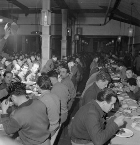 italian-prisoners-of-war-in-britain-everyday-life-at-an-italian-pow-camp-england-uk-1945-refectory-creative-commons