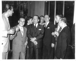 migranti-130n-questa-foto-emigrati-italiani-tra-i-quali-laltamurano-vito-disabato-partecipano-ai-festeggiamenti-in-onore-della-festa-della-repubblica-presso-lambiasciata-italiana-di-caracas-1959