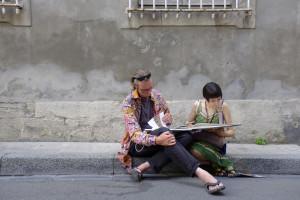 Arles, Letture fotografiche sulla strada (ph. Giuseppe Sinatra)