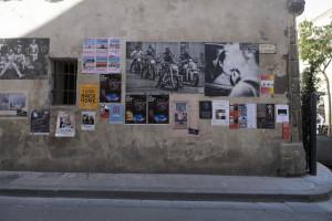 Arles, Mostre improvvisate/improvvise sui muri della città (ph. Giuseppe Sinatra)