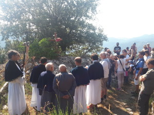 Pianello, (Corsica), 2018 – Sosta di preghiera durante il pellegrinaggio verso la cappella di San Vincente. (ph. F. R. Uccella)