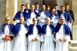 [Fig. 5. A Cunfraterna del SS. Crocifissu di a Pieve di a Serra nel 1992.  In prima fila i confratelli anziani, nella seconda e terza fila i confratelli giovani. Il primo a sinistra della seconda fila è Jean Charles Adami].