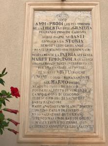 La lapide dedicata da Padre Zinnanti ai caduti della Grande Guerra affissa sul frontale della Chiesa di Marettimo.